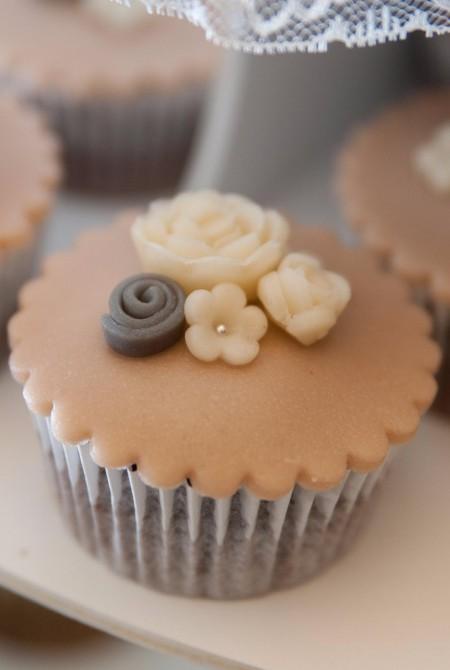 Apró virágos homokszínű cupcake