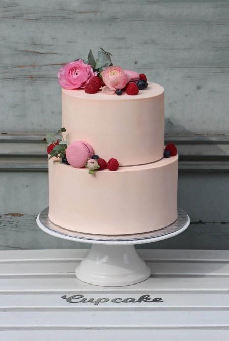 Rózsaszín boglárkás torta - fehércsokiborítással