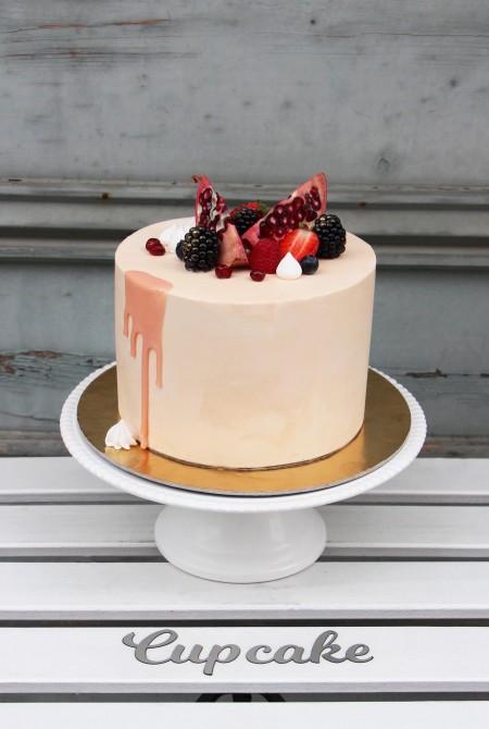 Barack színű torta - gyümölcsökkel - fehércsokiborítással