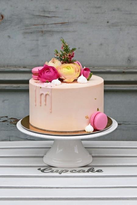 Rózsaszín boglárkás torta aranyfüstel - fehércsokiborítással
