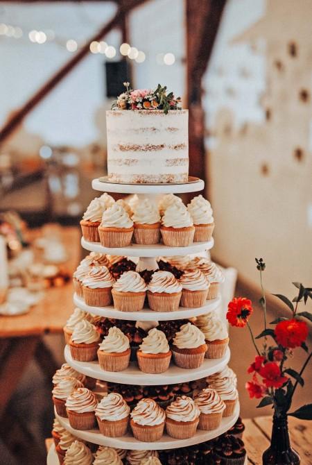 Cupcake torony + Naked cake mezei virágokkal