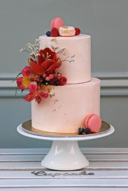 Barackos rózsazsín torta virágokkal - fehércsokiborítással