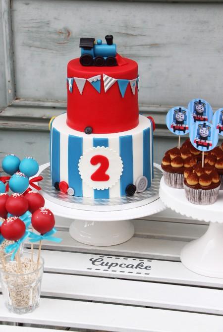 Vonatos torta, cupcake és cake pop